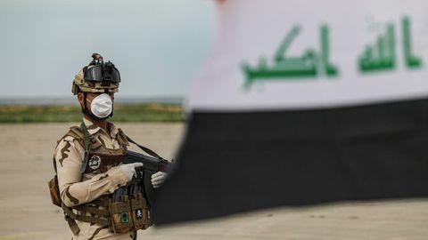 Un miembro de las fuerzas de seguridad iraquíes vigila un puesto de control