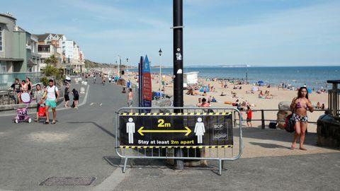 En las playas británicas, como la de  Bournemouth, se pueden observar carteles que instan a mantener la distancia social