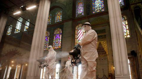 Empleados desinfectan la Mezquita Azul, en Turquía