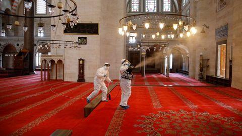 Muchas mezquitas turcas están desinfectando su interior de cara a su reapertura