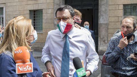 Matteo Salvini habla a los medios a su llegada a la votación en la junta del Senado
