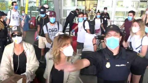 Varios concursantes de «Supervivientes» rodeados de policía y del equipo del programa en Barajas