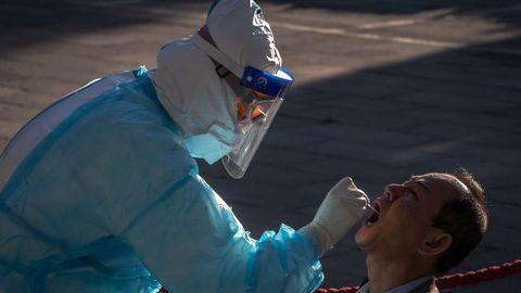 Pruebas de coronavirus en una plaza de Pekín