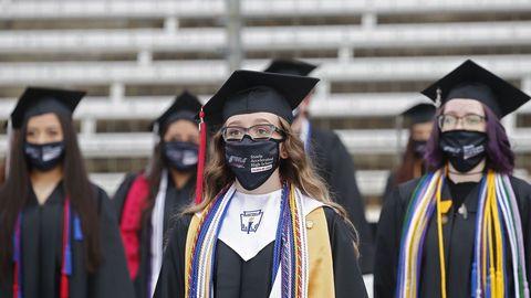 Graduación, ayer, de alumnos de la Steele High School de Dallas, en el impresionante circuito de carreras de automóviles de la ciudad