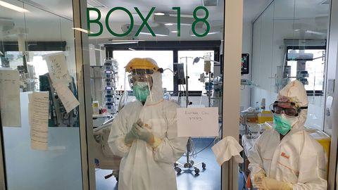 Médicos en la uci del Cunqueiro, tras atender a un paciente de covid-19