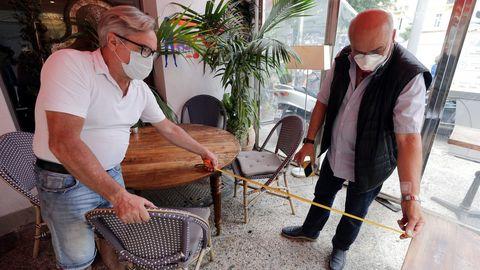 Propietarios de un restaurante en Niza miden la distancia social, a la vista del levantamiento de las restricciones al sector por parte del Gobierno