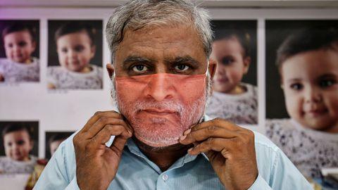En India, una firma se ha especializado en producir mascarillas personalizadas con la imagen de cada cliente