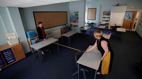 Dos profesoras miden la distancia social en una escuela de la localidad de Sale, en el Reino Unido
