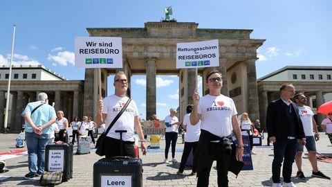 En Berlín, trabajadores del sector turístico se han manifestado delante de la Puerta de Brandemburgo