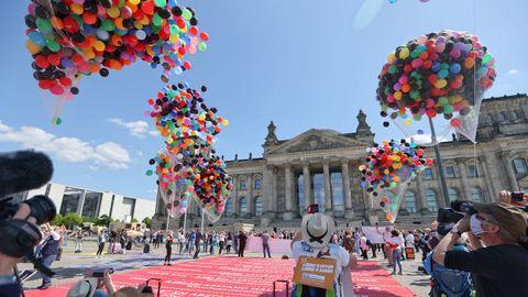 Trabajadores de agencias de viajes alemanas llevaron también sus protestas ante la sede del Parlamento