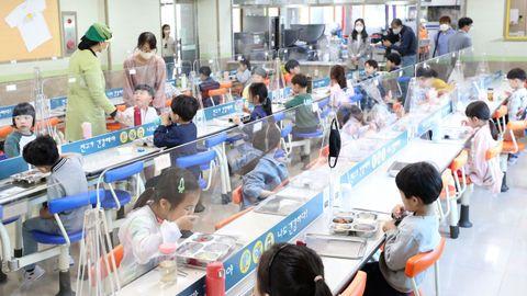 En los comedores escolares de Corea del Sur han instalado mamparas protectoras