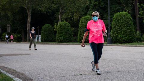 Una mujer hace deporte en el recién reabierto Parque del Retiro de Madrid