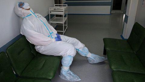 Un trabajador sanitario en Rusia, se toma un respiro