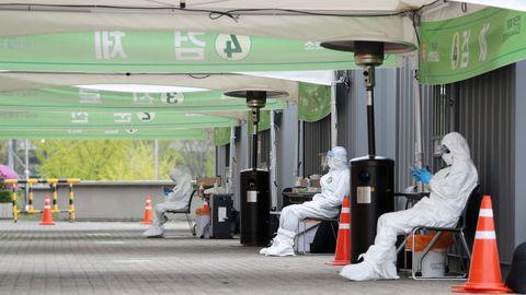 Sanitarios se preparan para realizar test a la población en una ciudad coreana