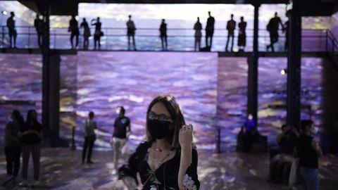 En París, esta semana reabrió el Atelier des lumieres. Los visitantes deben ir ataviados con mascarillas