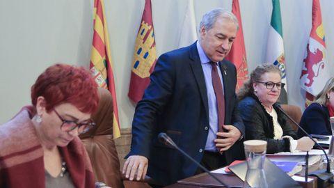 José Tomé, en el centro, durante el pleno de la Diputación de Lugo celebrado en enero