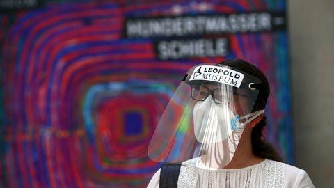 Una empleada del Leopold Museum de Viena, con pantalla protectora