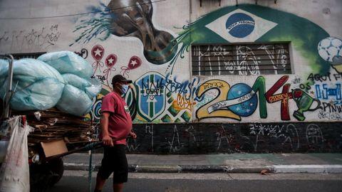 En Brasil hay gente que vive de rebuscar en la basura, lo que supone una ruleta rusa ante el virus
