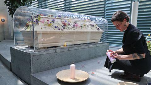 En Alemania, una mampara plástica recubre un ataúd preparado para el funeral