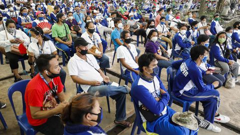 Trabajadores de Manila esperan para someterse a un test de anticuerpos del covid-19