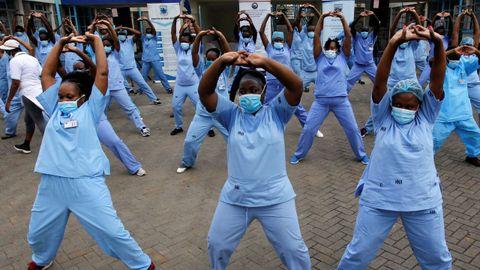 Un grupo de sanitarios de un hospital de Nairobi participa en una actividad de zumba