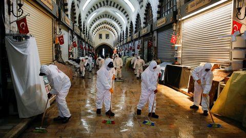 Trabajadores municipales desinfectan un mercado en Estambul