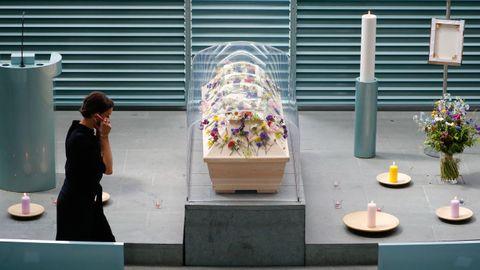 El ataud de un fallecido por covid-19, bajo una urna de plástico a la espera del funeral. En Alemania