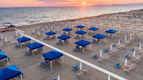La playa italiana de Viareggio está lista para reabrir. Los bañistas deberán guardar una distancia de cinco metros