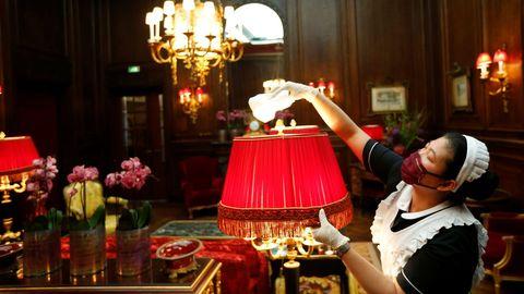 Una empleada limpia en una de las salas del hotel vienés Sacher