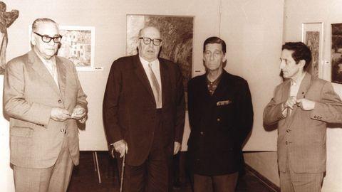 No ano 1971, o escritor Ramón Otero Pedrayo visitou o Museo Carlos Maside. Na imaxe aparece en compañía de Luis Seoane, Rey Romero e Isaac Díaz Pardo