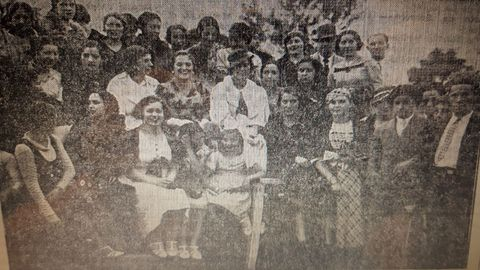 Emilia Docet, en el centro con sombrero, en una de las fotos que le hicieron durante su visita a Monforte