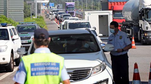 Control fronterizo en el puente internacional que une Tui y Valença do Minho