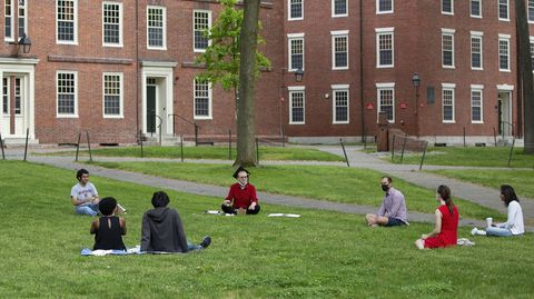 Estudiantes en la prestigiosa Harvard, sentados la semana pasada en el campus, manteniendo la distancia de seguridad