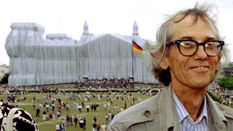 Christo, ante el Reichstag envuelto en 1995