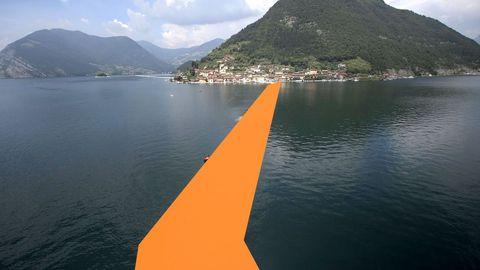 En el 2016, el artista instaló diques de colores en el lago Iseo, en Italia