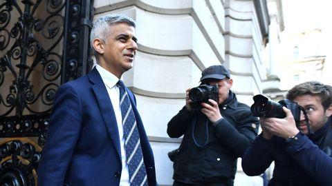 El alcalde de Londres, el laborista Sadiq Khan, a la salida de una reunión con el comité Cobra