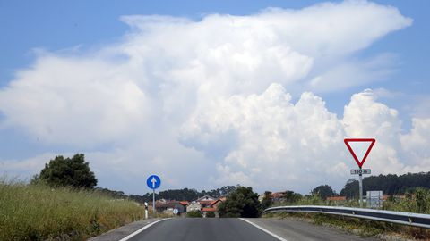 Nubes de desarrollo vertical en el cielo de Arousa
