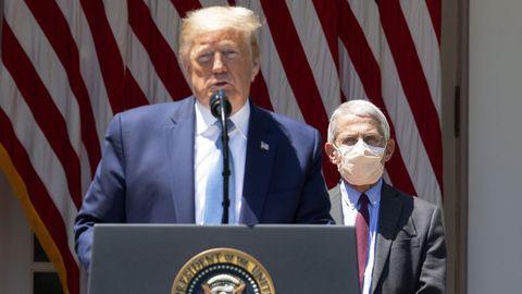 El epidemiólogo de referencia de la Casa Blanca es Fauci; en la imagen, tras Trump