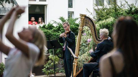 En Berlín, como las grandes salas de concierto permanecen cerradas, la orquesta de la Ópera ha decidido llevar su música a la calle, y durante estas semana programa pequeños miniconciertos de sus músicos en algunos puntos de la ciudad