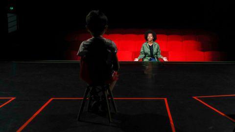 Un niño se sienta en el escenario durante una representación teatral en París, donde las salas han empezado a reabrir