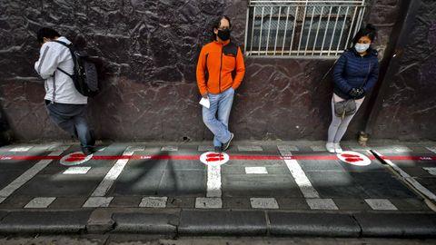 En la capital de Bolivia, La Paz, ciudadanos mantienen la distancia social mientras esperan su turno para realizar trámites