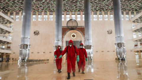 Bomberos de Yakarta realizan labores de desinfección de una mezquita