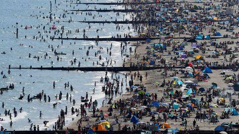En la localidad británica de Bournemouth la gente se ha ido masivamente a la playa