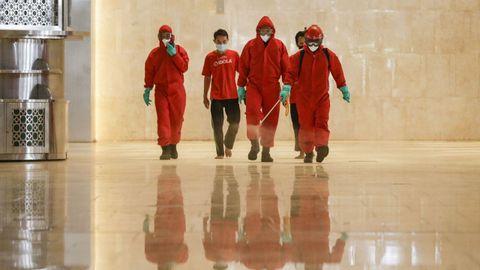 Con sus trajes rojos y las caras tapadas, los bomberos que desinfectaron una de las mezquitas de Yakarta recordaban a los personajes de la serie «La casa de papel»