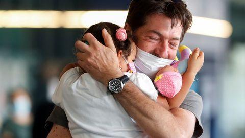 El alivio de las restricciones de movilidad en Italia ha permitido numerosos reencuentros, como el de un padre y su hija, que llevaban sin verse desde el 2 de febrero y que han vuelto a abrazarse en el aeropuerto de Fiumicino