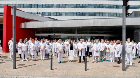 Los profesionales sanitarios del Hospital Universitario Central de Asturias (HUCA) se concentran a las puertas del complejo sanitario para celebrar la concesión del Premio Princesa de Asturias de la Concordia 2020.