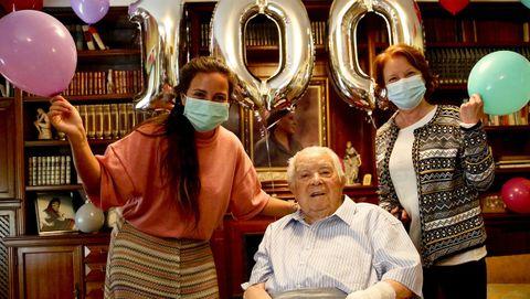 Francisco Sabucedo, rodeado de su nieta Sonia y de su hija Loli