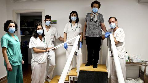 Clotilde Costa, con Sonsoles Leal (de verde) y con el equipo de rehabilitación que la trata ahora: Eva Sayáns, Laura Rubio, Adrián Martín y Román Rodríguez