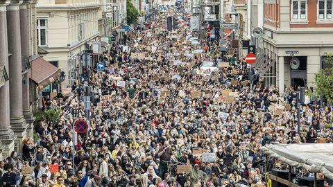 Así estaba ayer una de las calles de Copenhague durante las protestas por el homicidio del norteamericano Floyd