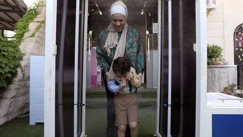 En un colegio de Jordania, los niños son rociados con esprais desinfectantes al acceder al interior